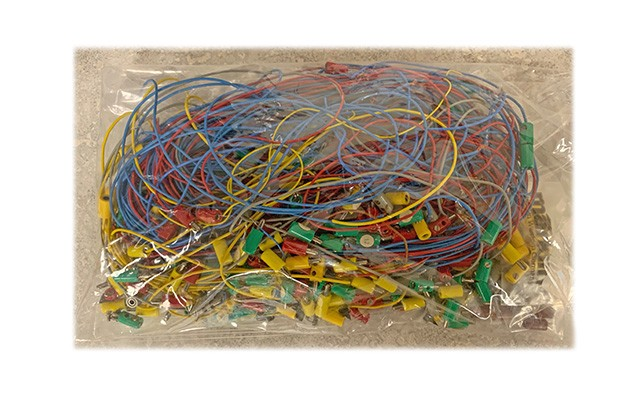 Marklin Big bag of wires and Marklin plugs of all colors LO13769